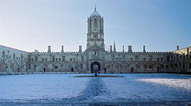 800px-Tom_Quad,_Christ_Church_2004-01-21